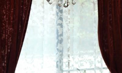 小さなイングリッシュコテージレストラン、まあさの家 (アンティーク風なシャンデリアにカーテン)