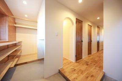 玄関 (Natural Cute~無垢材×DIY塗装でオンリーワンな空間を~)
