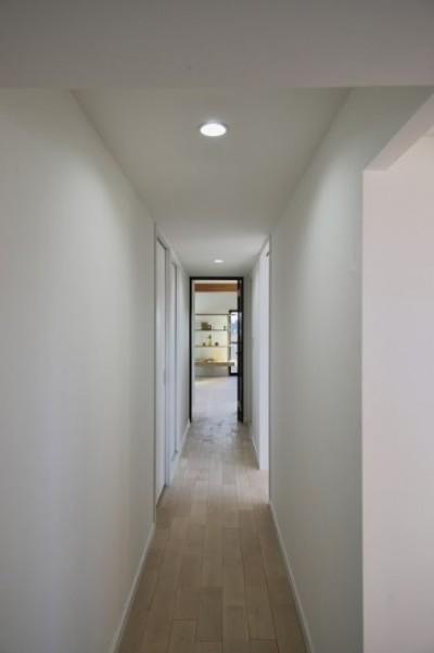 リビングに続く廊下 (ブルー好きな夫婦の北欧テイストな家)