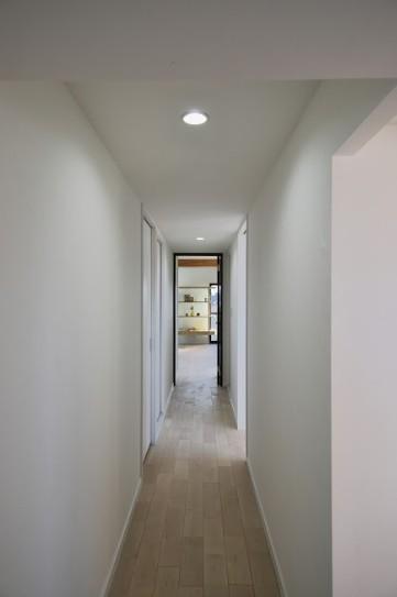ブルー好きな夫婦の北欧テイストな家 (リビングに続く廊下)