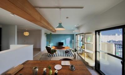 ブルー好きな夫婦の北欧テイストな家 (ダイニングからリビングを眺める)