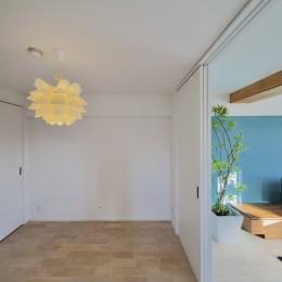 ブルー好きな夫婦の北欧テイストな家 (リビングと隣接する洋室)