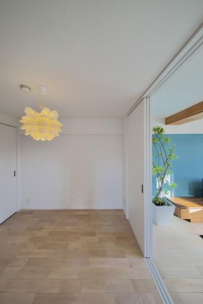 リビングと隣接する洋室 (ブルー好きな夫婦の北欧テイストな家)
