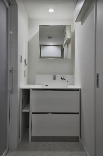 ブルー好きな夫婦の北欧テイストな家 (シンプルな洗面室)
