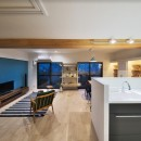 ブルー好きな夫婦の北欧テイストな家の写真 キッチンからリビングを眺める -夕景-