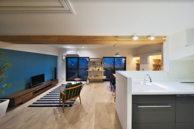 ブルー好きな夫婦の北欧テイストな家 (キッチンからリビングを眺める -夕景-)