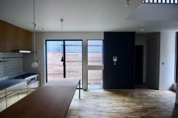 三国の住宅:都心に暮らす家族5人の家 (1階 LDKスペース)