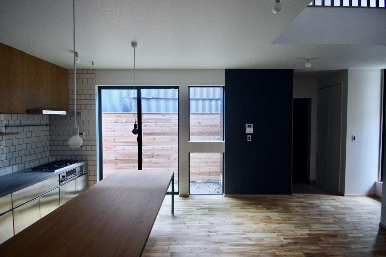 リビングダイニング事例:1階 LDKスペース(三国の住宅:都心に暮らす家族5人の家)