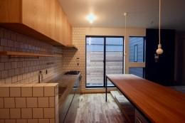 三国の住宅:都心に暮らす家族5人の家 (1階キッチンダイニング)