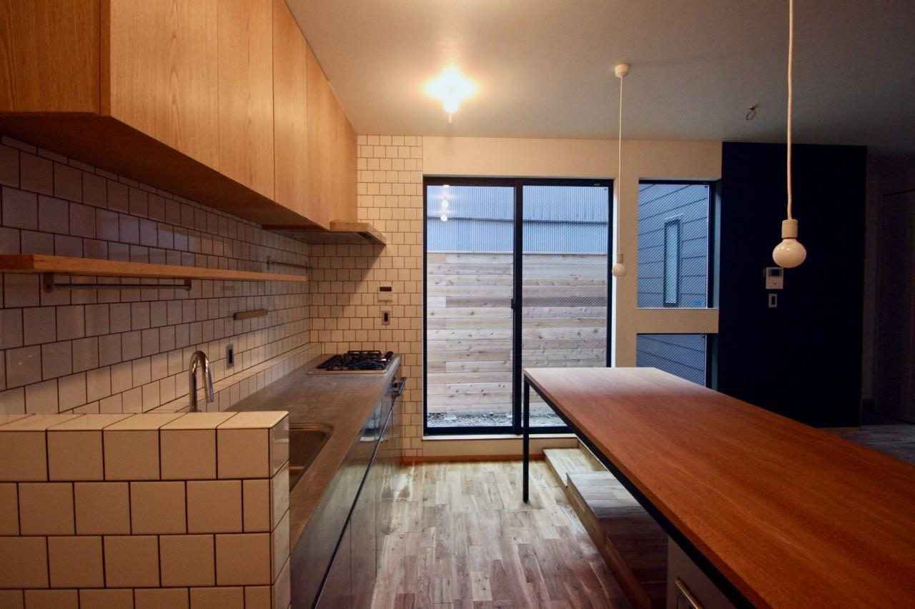 キッチン事例:1階キッチンダイニング(三国の住宅:都心に暮らす家族5人の家)