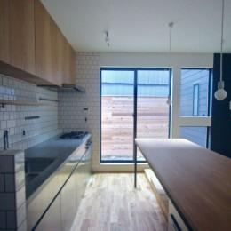 三国の住宅:大阪のデザイン住宅 3階建て (1階キッチンダイニング)