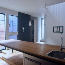 三国の住宅:都心に暮らす家族5人の家 (1階リビングダイニング)