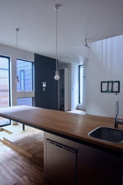 三国の住宅:大阪のデザイン住宅 3階建て (1階リビングダイニング)