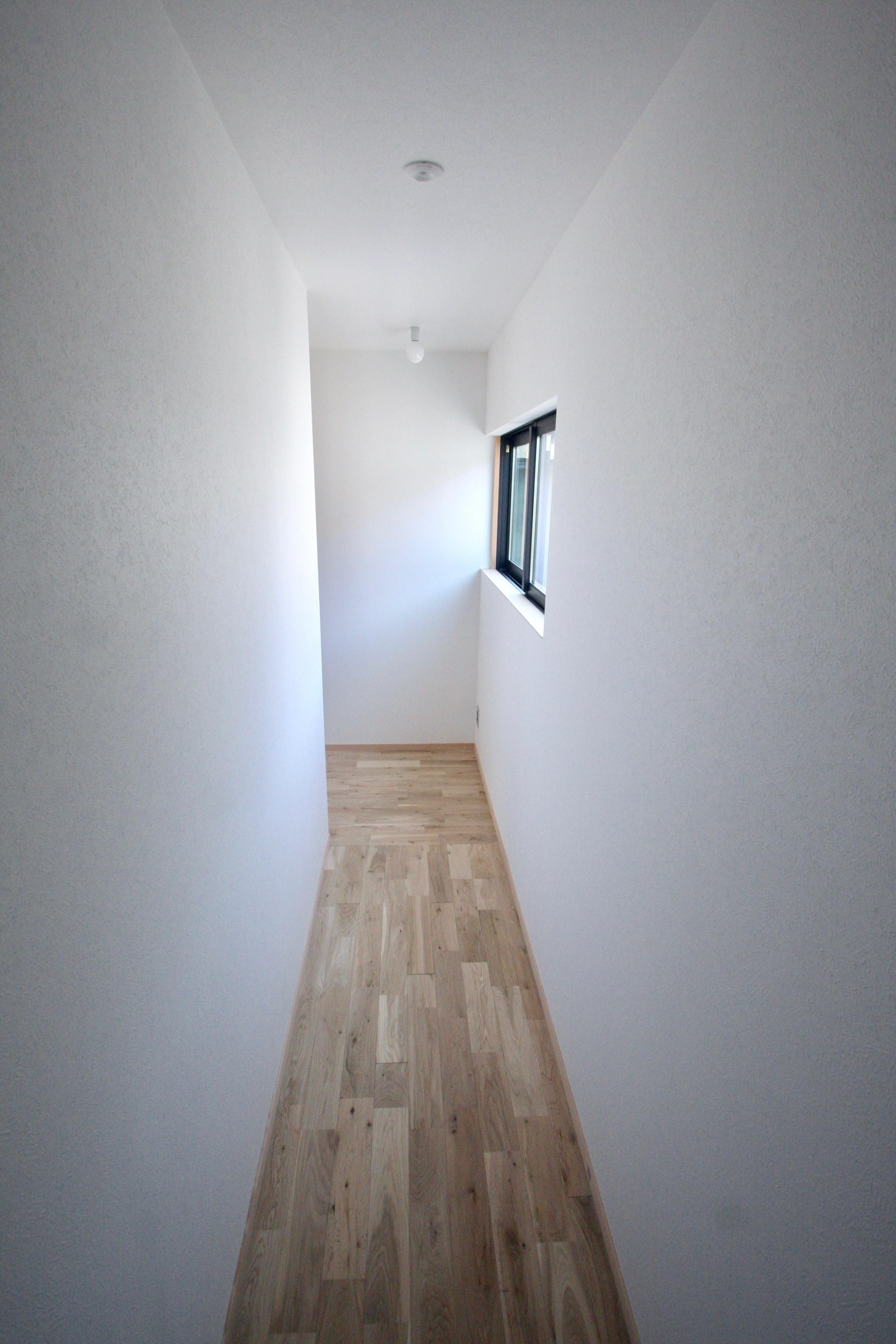 その他事例:2階廊下(三国の住宅:都心に暮らす家族5人の家)