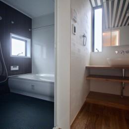 三国の住宅:都心に暮らす家族5人の家 (3階洗面. 浴室)