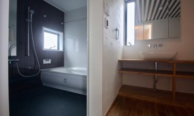 三国の住宅:大阪のデザイン住宅 3階建て (3階洗面. 浴室)