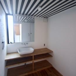 三国の住宅:都心に暮らす家族5人の家 (3階洗面室)
