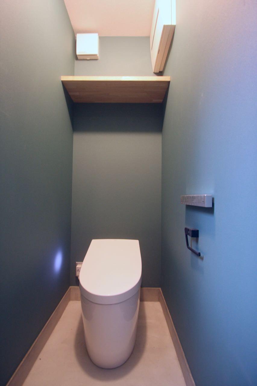 三国の住宅:大阪のデザイン住宅 3階建て (1階トイレ)