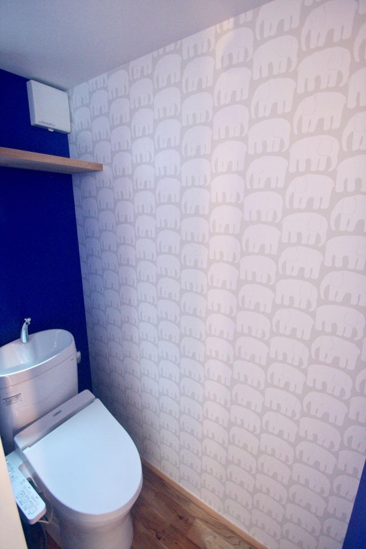 バス/トイレ事例:3階トイレ(三国の住宅:都心に暮らす家族5人の家)