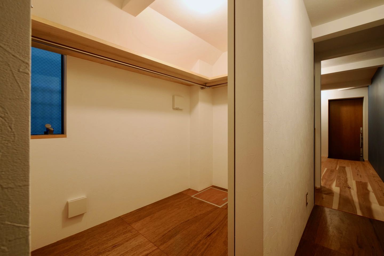 収納事例:1階ウォークインクローゼット(阿倍野の住宅:狭小間口の3階建て住宅)