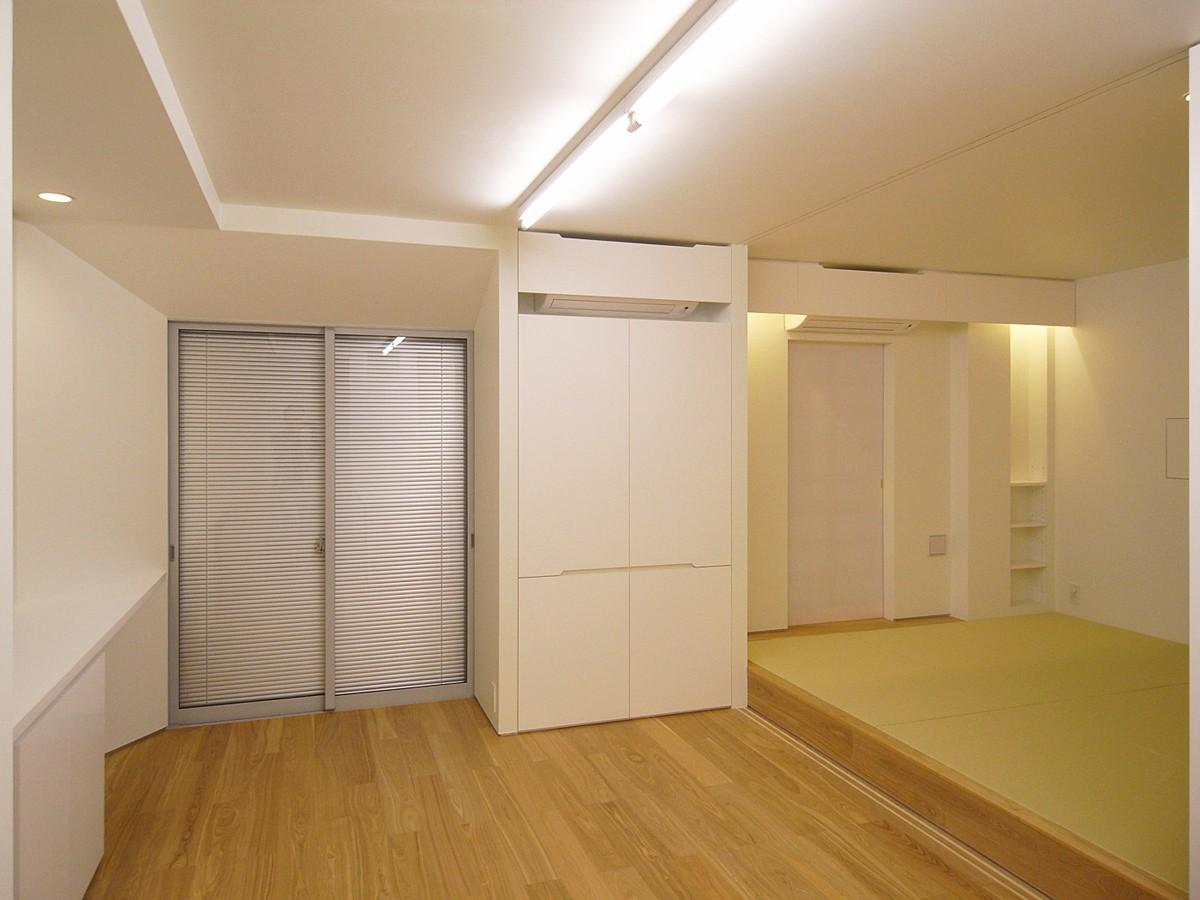 リビングダイニング事例:リビング+和室 夕景(大宮PM 二重壁によるリノベーション)