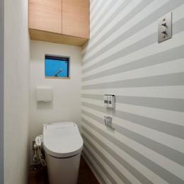 阿倍野の住宅:狭小間口の3階建て住宅 (2階トイレ)