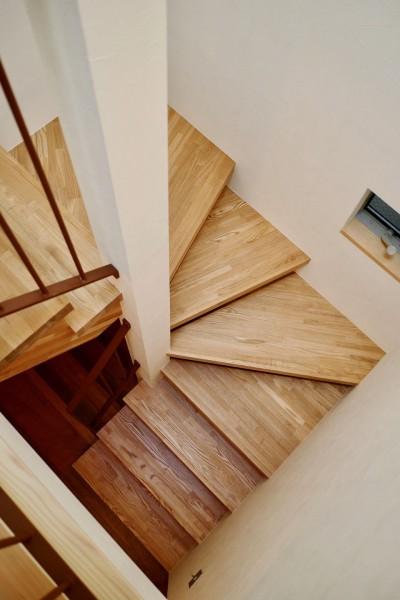 階段 (阿倍野の住宅:大阪の狭小住宅 3階建て)