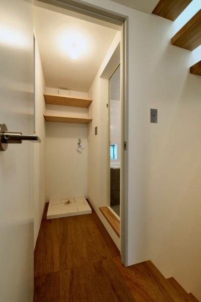 2階脱衣室 (阿倍野の住宅:大阪の狭小住宅 3階建て)
