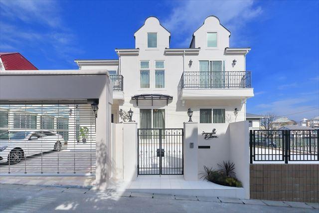 パリの家 Le Logement de Paris憧れの住まいを。 (外観 白の石張りとアイアンがポイント)