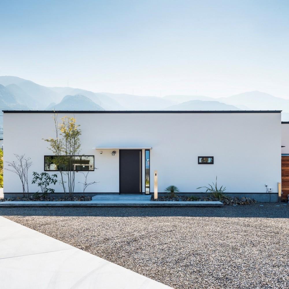グランハウス一級建築士事務所「全方向から眺めてカッコいい「ロの字の平屋」」