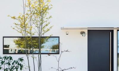 全方向から眺めてカッコいい「ロの字の平屋」 (白の外壁に黒が際立つ平屋)
