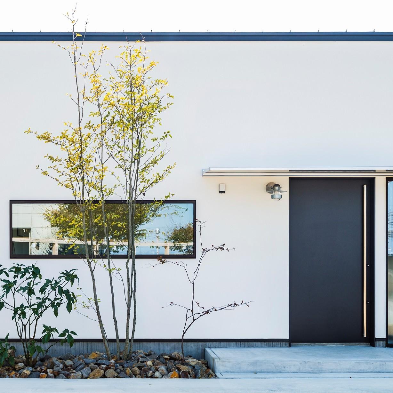外観事例:白の外壁に黒が際立つ平屋(全方向から眺めてカッコいい「ロの字の平屋」)