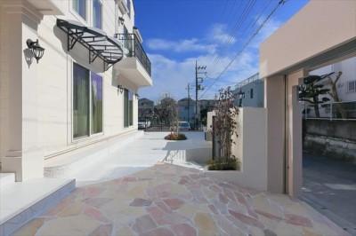 前庭 石と白いタイルでスタイリッシュに。 (パリの家 Le Logement de Paris憧れの住まいを。)