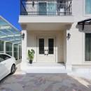 パリの家 Le Logement de Paris憧れの住まいを。の写真 アイアンが美しい白い断熱ドア