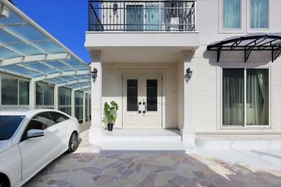 アイアンが美しい白い断熱ドア (パリの家 Le Logement de Paris憧れの住まいを。)