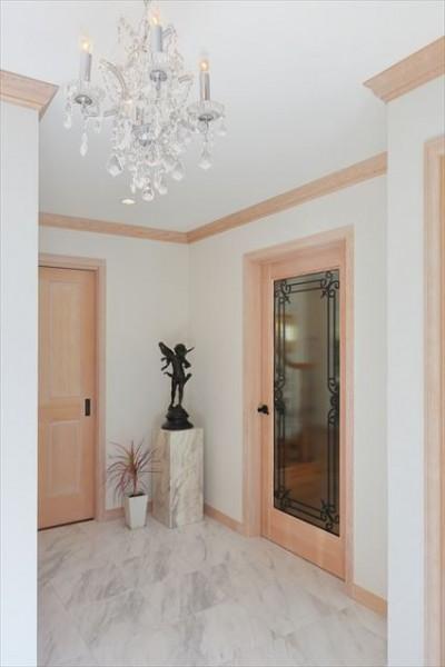 床暖房を設けた大理石の玄関ホール (パリの家 Le Logement de Paris憧れの住まいを。)