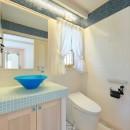 パリの家 Le Logement de Paris憧れの住まいを。の写真 イタリアタイルの床とガラスモザイクがきいたトイレ。