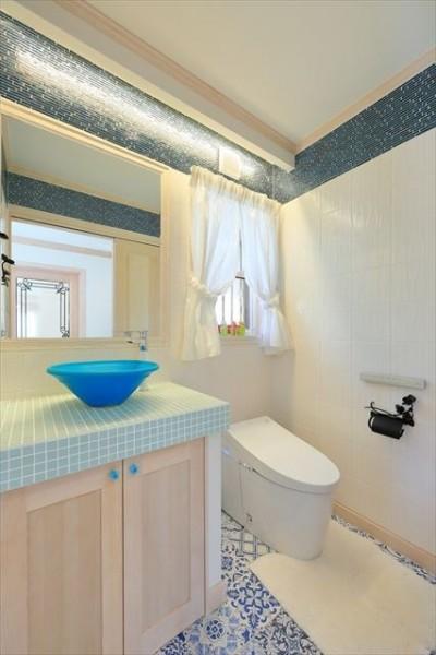 イタリアタイルの床とガラスモザイクがきいたトイレ。 (パリの家 Le Logement de Paris憧れの住まいを。)
