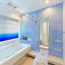 パリの家 Le Logement de Paris憧れの住まいを。の写真 坪庭が見える浴室は青をテーマに。
