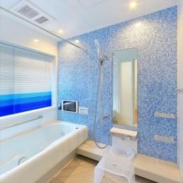 パリの家 Le Logement de Paris憧れの住まいを。 (坪庭が見える浴室は青をテーマに。)