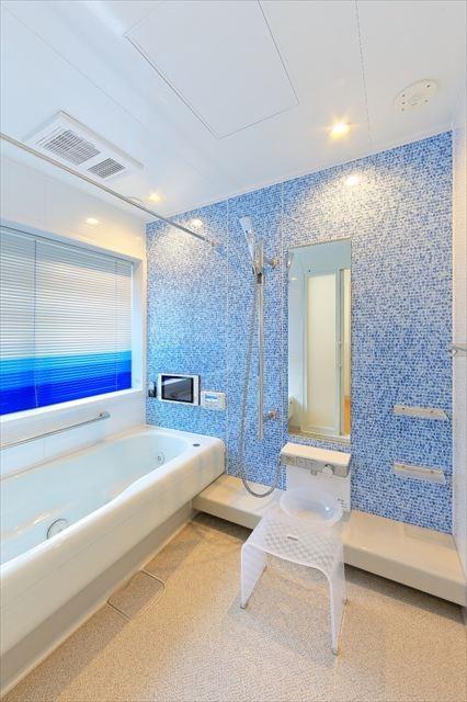 バス/トイレ事例:坪庭が見える浴室は青をテーマに。(パリの家 Le Logement de Paris憧れの住まいを。)