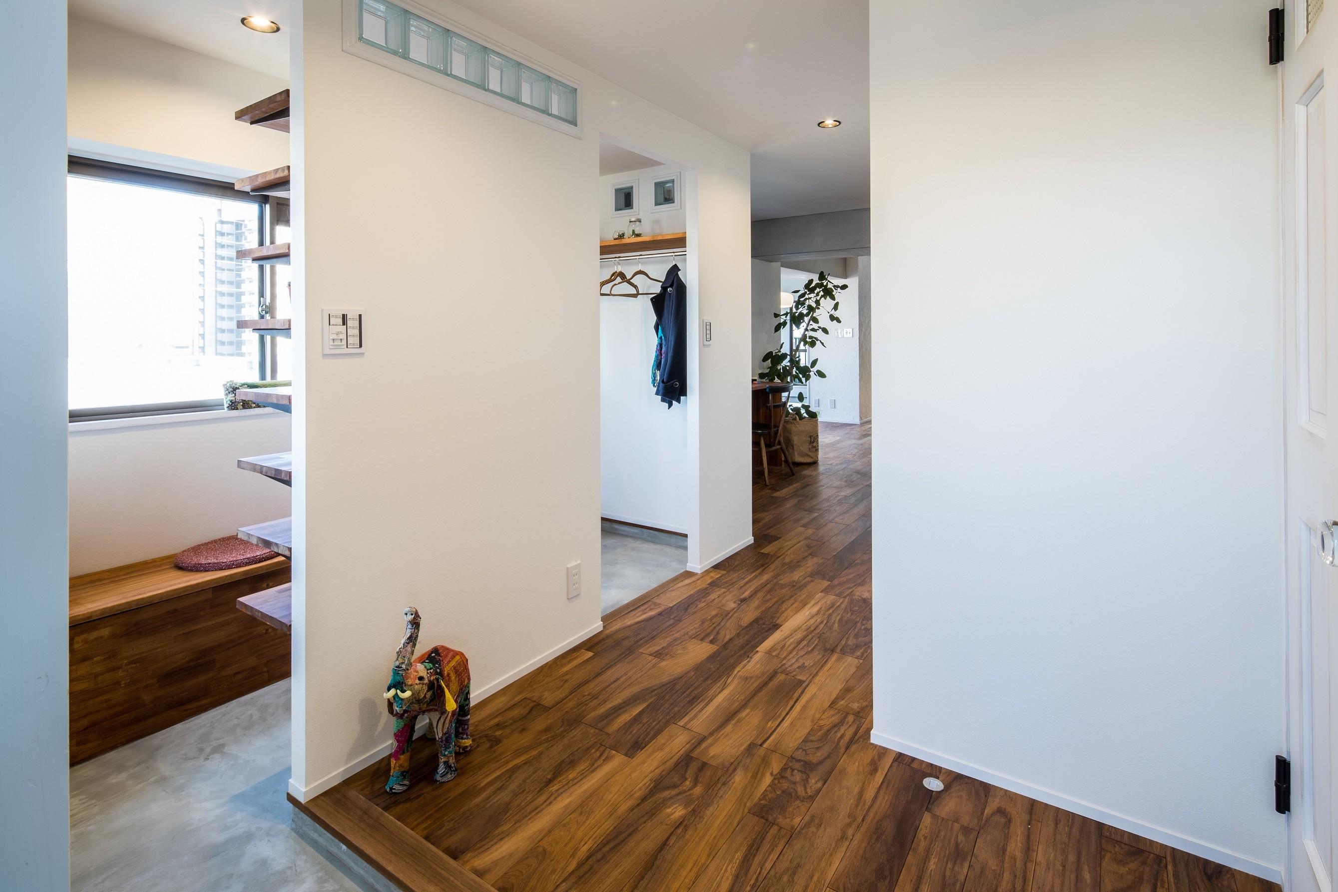 玄関事例:家族が行き来できる土間スペースのある玄関(アウトドアリビングの暮らしを楽しめる家)