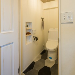 アウトドアリビングの暮らしを楽しめる家 (六角形の床が目を引くトイレ)