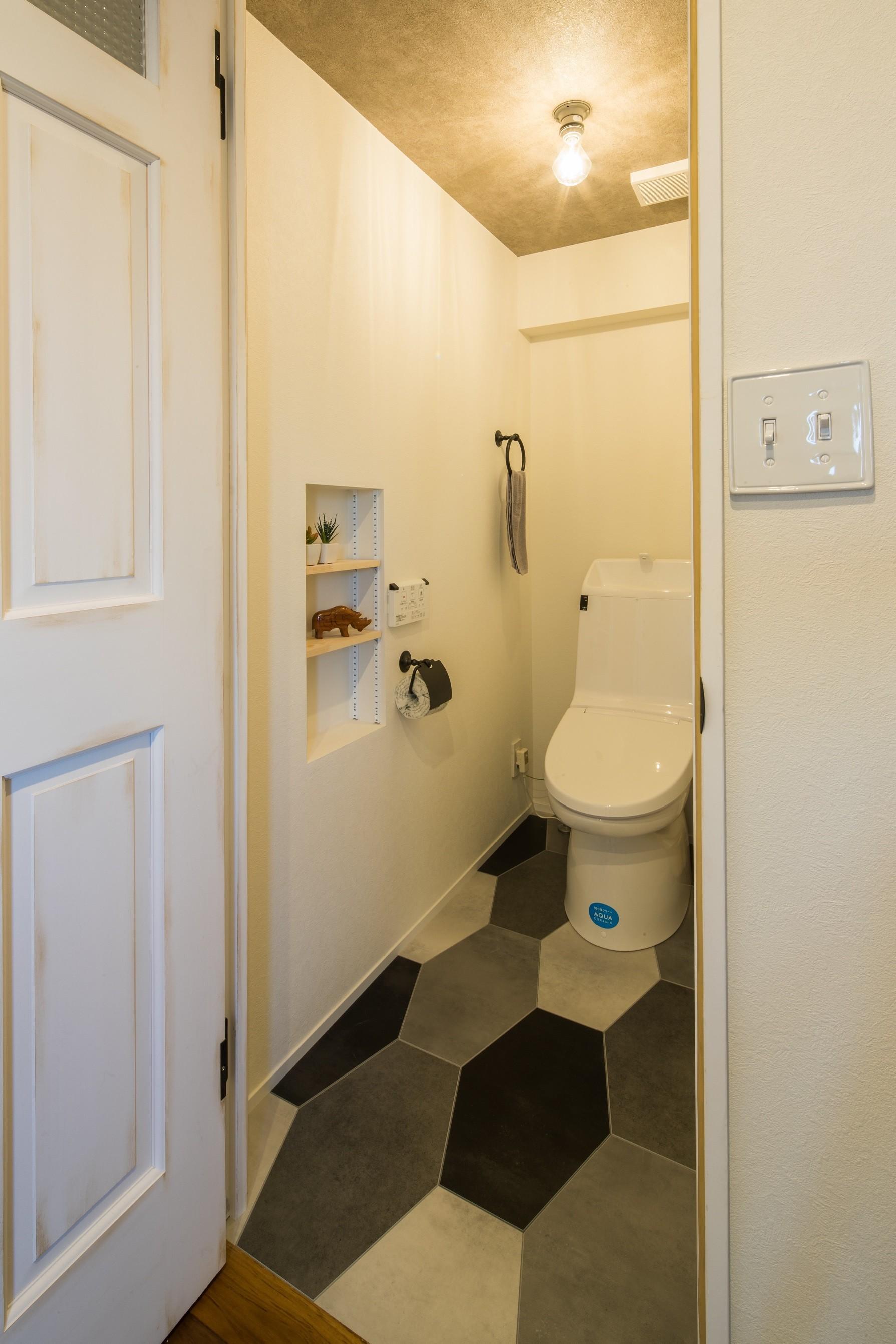 バス/トイレ事例:六角形の床が目を引くトイレ(アウトドアリビングの暮らしを楽しめる家)