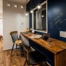 アウトドアリビングの暮らしを楽しめる家の写真 黒板のあるワークスペース