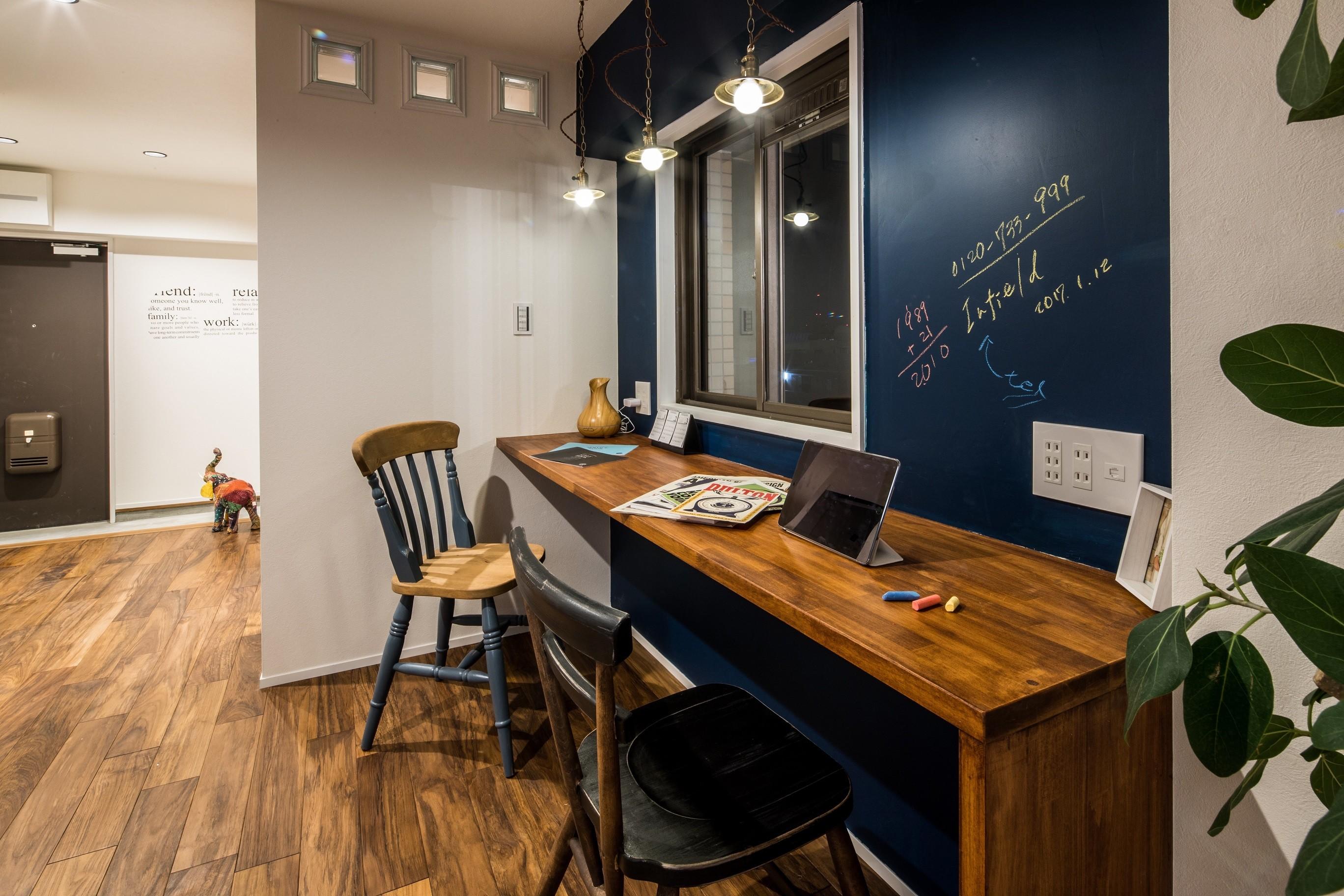 書斎事例:黒板のあるワークスペース(アウトドアリビングの暮らしを楽しめる家)