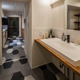 アウトドアリビングの暮らしを楽しめる家 (洗面室)