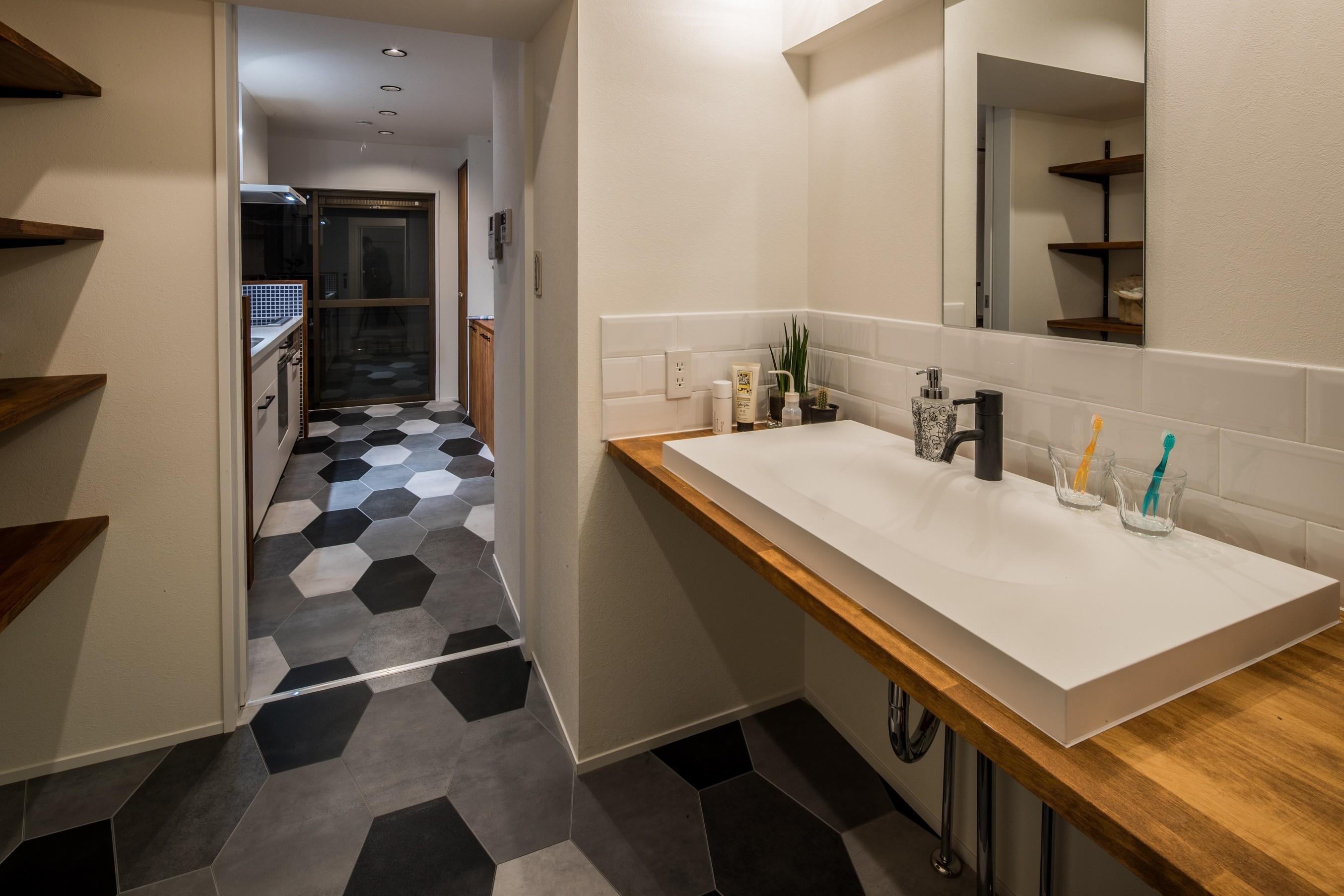 バス/トイレ事例:洗面室(アウトドアリビングの暮らしを楽しめる家)