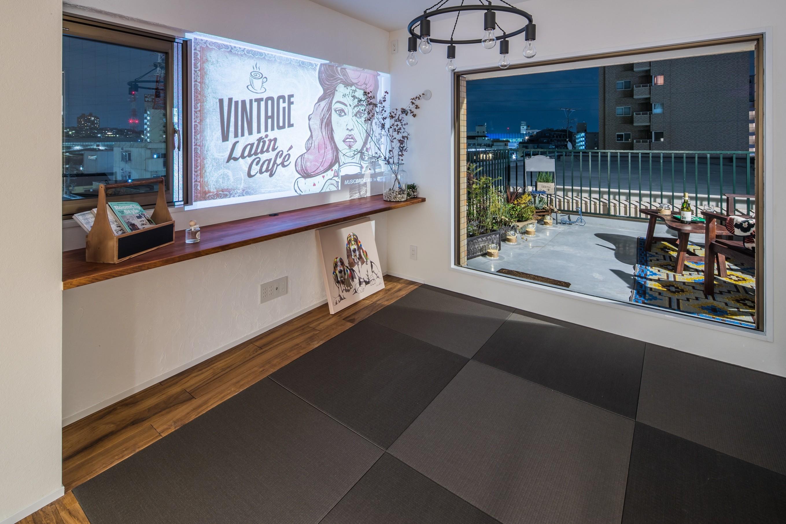 リビングダイニング事例:琉球畳を入れたリビングの一角(アウトドアリビングの暮らしを楽しめる家)