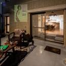 アウトドアリビングの暮らしを楽しめる家の写真 プロジェクターのあるルーフバルコニー